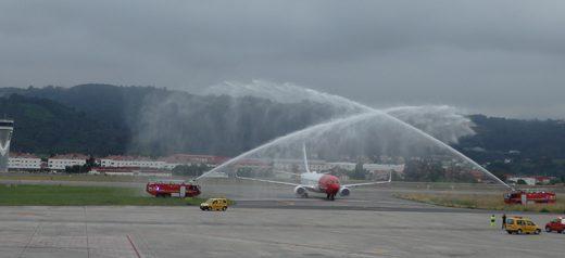 Arco de honor al vuelo inaugural de la ruta Bilbao Barcelona de Norwegian