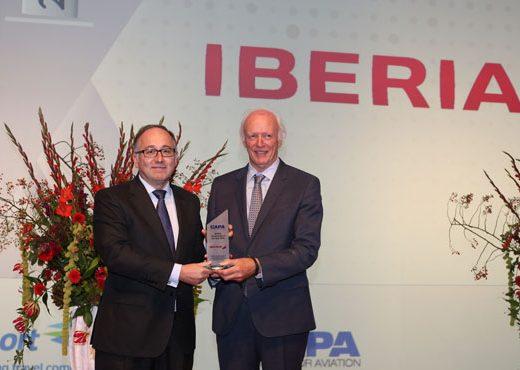 Luis Gallego, Presidente de Iberia, -a la izquierda- recibe el premio de manos de Peter Harbison, presidente ejecutivo de CAPA