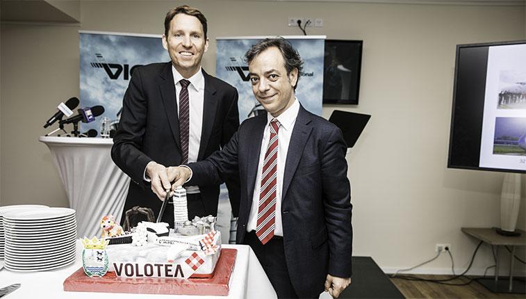 Nikolaus Gretzmacher, Vicepresidente de Operaciones del Aeropuerto de Viena, y Carlos Cerqueiro, Director de Comunicación y Relaciones Institucionales de Volotea, inauguran la nueva ruta Bilbao Viena cortando la tarta conmemorativa.